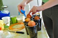 Το κορίτσι κάθεται στα κρεμμύδια γυαλιών στο σπίτι στην κουζίνα στοκ εικόνες