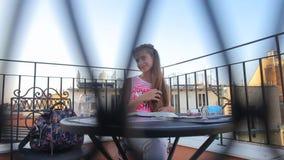 Το κορίτσι κάθεται στον πίνακα και αγγίζει την τρίχα φιλμ μικρού μήκους