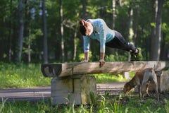 Το κορίτσι κάνει έναν αθλητικό φραγμό στο πάρκο το 2017 στοκ εικόνες