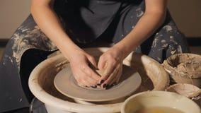 Το κορίτσι κάνει ένα δοχείο του αργίλου σε μια ρόδα του αγγειοπλάστη κινηματογράφηση σε πρώτο πλάνο χεριών απόθεμα βίντεο