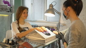 Το κορίτσι κάνει ένα μανικιούρ σε ένα σαλόνι μανικιούρ απόθεμα βίντεο
