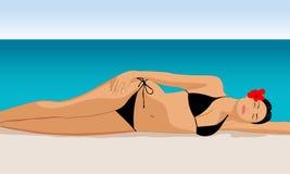 Το κορίτσι κάνει ηλιοθεραπεία σε μια παραλία Στοκ Φωτογραφίες