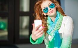 Το κορίτσι κάνει μια συνεδρίαση selfie στην οδό Στοκ φωτογραφία με δικαίωμα ελεύθερης χρήσης
