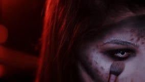 Το κορίτσι κάνει μια σύνθεση στο ύφος μιας μάγισσας αποκριές απόθεμα βίντεο