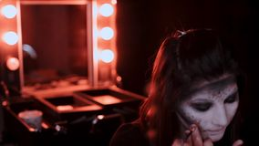 Το κορίτσι κάνει μια σύνθεση στο ύφος μιας μάγισσας αποκριές φιλμ μικρού μήκους