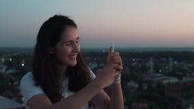 Το κορίτσι κάνει μια φωτογραφία από τη στέγη φιλμ μικρού μήκους