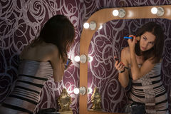 Το κορίτσι κάνει να αποτελέσει στο μέτωπο Στοκ φωτογραφία με δικαίωμα ελεύθερης χρήσης