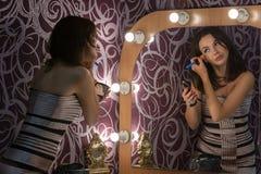 Το κορίτσι κάνει να αποτελέσει στο μέτωπο Στοκ Εικόνες
