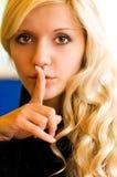 το κορίτσι κάνει σιωπηλός Στοκ Φωτογραφίες
