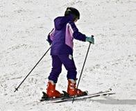 το κορίτσι κάνει σκι νεολαίες Στοκ Φωτογραφίες