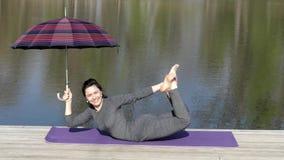 Το κορίτσι κάνει την άσκηση με μια ομπρέλα Γέφυρα απόθεμα βίντεο