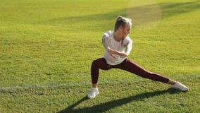 Το κορίτσι κάνει την άσκηση πρωινού απόθεμα βίντεο