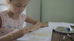Το κορίτσι κάνει την εργασία για το δημοτικό σχολείο φιλμ μικρού μήκους