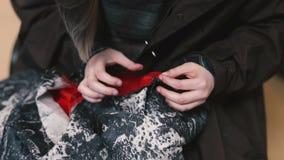 Το κορίτσι κάνει την κινηματογράφηση σε πρώτο πλάνο βελονιών φιλμ μικρού μήκους