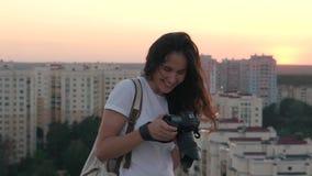 Το κορίτσι κάνει τη φωτογραφία στη στέγη απόθεμα βίντεο