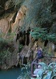 Το κορίτσι κάνει τη φωτογραφία της σπηλιάς από το εθνικό πάρκο Bok Khorani Στοκ εικόνα με δικαίωμα ελεύθερης χρήσης