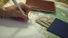Το κορίτσι κάνει τις σημειώσεις για τις διακοπές απόθεμα βίντεο