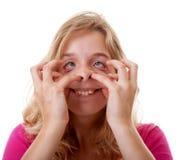 Το κορίτσι κάνει το αστείο πρόσωπο στην κινηματογράφηση σε πρώτο πλάνο στοκ φωτογραφίες