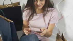 Το κορίτσι κάνει on-line να ψωνίσει φιλμ μικρού μήκους