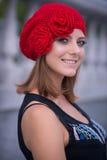Το κορίτσι κίτρινο πλεκτό beret Στοκ φωτογραφία με δικαίωμα ελεύθερης χρήσης