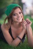 Το κορίτσι κίτρινο πλεκτό beret Στοκ εικόνα με δικαίωμα ελεύθερης χρήσης