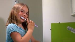 Το κορίτσι καθαρίζει τα δόντια του φιλμ μικρού μήκους