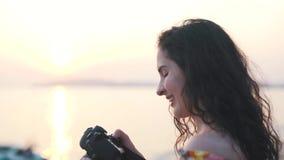 Το κορίτσι καθιστά μια φωτογραφία στενό επάνω απόθεμα βίντεο