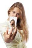 Το κορίτσι καθιστά την τηλεφωνική φωτογραφία ΜΟΝΗ Στοκ φωτογραφία με δικαίωμα ελεύθερης χρήσης