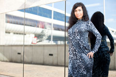 Το κορίτσι και ένας καθρέφτης Στοκ Φωτογραφία