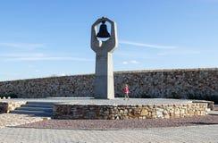 Το κορίτσι και ένα μνημείο της μητέρας Goryuyushchaya στο νεκροταφείο Στοκ Φωτογραφία