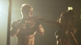 Το κορίτσι και το αγόρι εκπαιδεύουν την πάλη μάχη πολεμικών τεχνών χωρίς κανόνες στη μάχη κλουβιών χωρίς κανόνες φιλμ μικρού μήκους