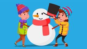 Το κορίτσι και το αγόρι στα χειμερινά ενδύματα φορμάρουν ένα μεγάλο διάνυσμα χιονανθρώπων απομονωμένη ωθώντας s κουμπιών γυναίκα  ελεύθερη απεικόνιση δικαιώματος