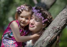 Το κορίτσι και η γυναίκα καλλιεργούν την άνοιξη στοκ εικόνα