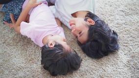Το κορίτσι και η μητέρα της αστειεύονται στον τάπητα απόθεμα βίντεο