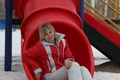 Το κορίτσι και η φωτογραφική διαφάνεια Στοκ εικόνες με δικαίωμα ελεύθερης χρήσης