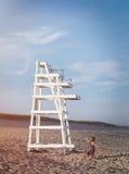 Το κορίτσι και ο σταθμός Lifeguard Στοκ Φωτογραφίες