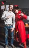 Το κορίτσι και ο τύπος προετοιμάζουν το τραγούδι Tyumen Στοκ Εικόνες