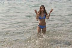 Το κορίτσι και ο ψεκασμός θάλασσας Στοκ Εικόνα