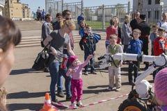 Το κορίτσι και το ρομπότ Στοκ φωτογραφία με δικαίωμα ελεύθερης χρήσης