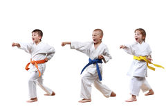 Το κορίτσι και τα αγόρια στο karategi κτυπούν το χέρι διατρήσεων Στοκ Φωτογραφία