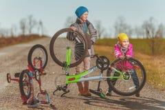 Το κορίτσι και το αγόρι έχουν μια διασκέδαση Στοκ Φωτογραφία