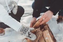 Το κορίτσι και το αγόρι ανάβουν την πυρκαγιά Στοκ φωτογραφία με δικαίωμα ελεύθερης χρήσης