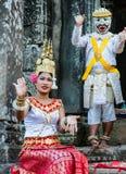Το κορίτσι και το αγόρι στο εθνικό φόρεμα θέτουν για τους τουρίστες σε Angkor Wat Στοκ Εικόνες