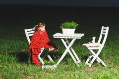 Το κορίτσι και το παιχνίδι αντέχουν στον πίνακα Στοκ Εικόνες