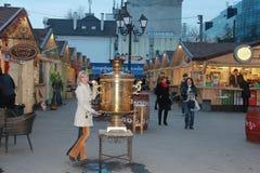 Το κορίτσι και το σαμοβάρι Στοκ φωτογραφία με δικαίωμα ελεύθερης χρήσης