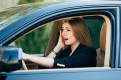 Το κορίτσι και τρόμος πριν από το ατύχημα στο δρόμο στοκ φωτογραφία με δικαίωμα ελεύθερης χρήσης