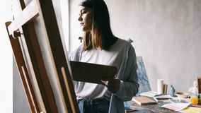 Το κορίτσι καλλιτεχνών εργάζεται easel Υψηλές βιντεοσκοπημένες εικόνες contast απόθεμα βίντεο