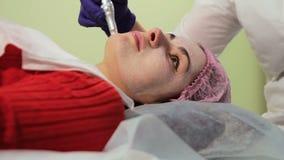 Το κορίτσι κατά τη διάρκεια της πυράκτωσης του BB διαδικασίας στενό πρόσωπο - επάνω αναζωογόνηση του δέρματος καινοτόμες τεχνολογ απόθεμα βίντεο