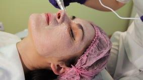 Το κορίτσι κατά τη διάρκεια της πυράκτωσης του BB διαδικασίας αναζωογόνηση του δέρματος καινοτόμες τεχνολογίε&si απόθεμα βίντεο