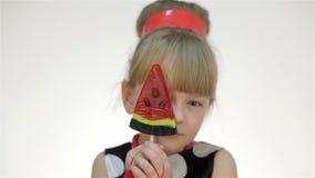 Το κορίτσι καλύπτει τα μάτια της lollipop απόθεμα βίντεο